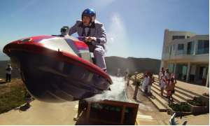 Johnny Knoxville reitet einen Jetski