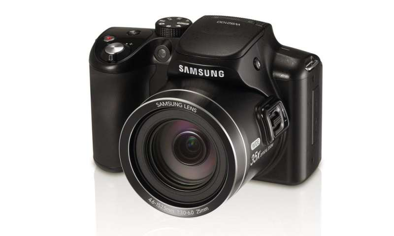 samsung wb2100 neue superzoom kamera mit klapp display pc magazin. Black Bedroom Furniture Sets. Home Design Ideas